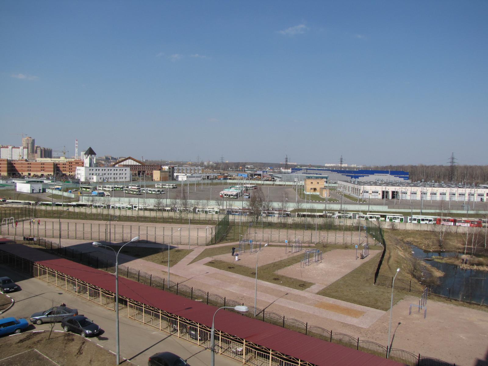 Вид с 14 дома на спорт площадку 26.03.2009.jpg